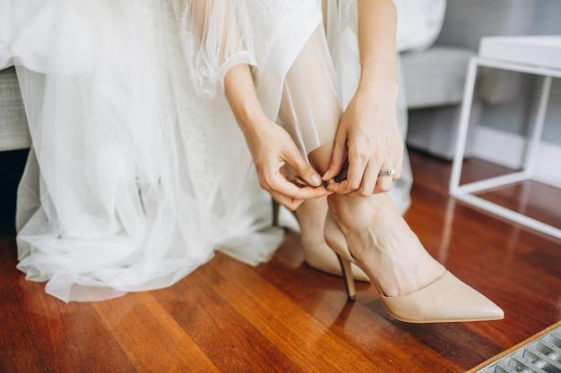 Poślubiać buty na pannie młodej w jej dniu ślubu Darmowe Zdjęcia