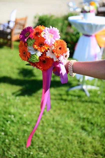Poślubiać Kwiaty Na Panny Młodej Ręce Premium Zdjęcia