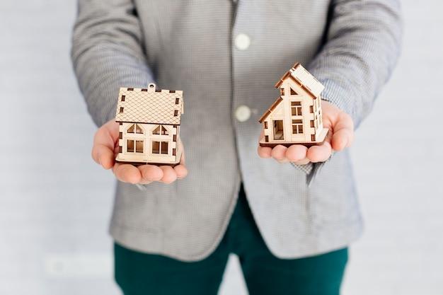 Pośrednik Handlu Nieruchomościami Trzyma Domowe Figurki Darmowe Zdjęcia