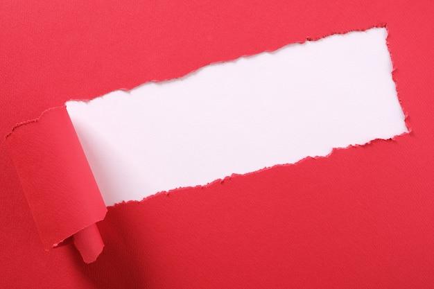 Poszarpany czerwony papierowy pasek zawijający krawędź kątowy diagonalny biały tło Premium Zdjęcia