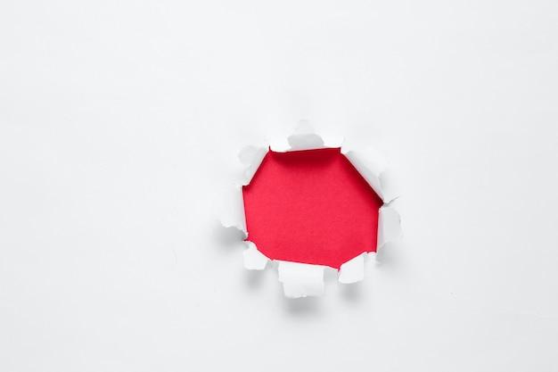 Poszarpany Otwór Z Czerwonym Miejscem Na Tekst Na Tle Białej Księgi Premium Zdjęcia