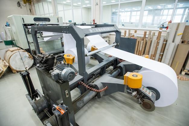 Potężna Prasa Drukarska Z Papierem Rolkowym Do Produkcji Gazet W Nowoczesnej Fabryce Premium Zdjęcia