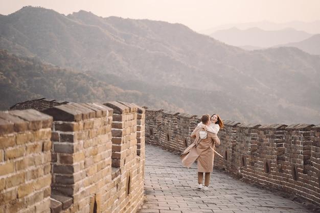 Potomstwa Dobierają Się Bieg I Kręcenie Przy Wielkim Murem Chiny Darmowe Zdjęcia
