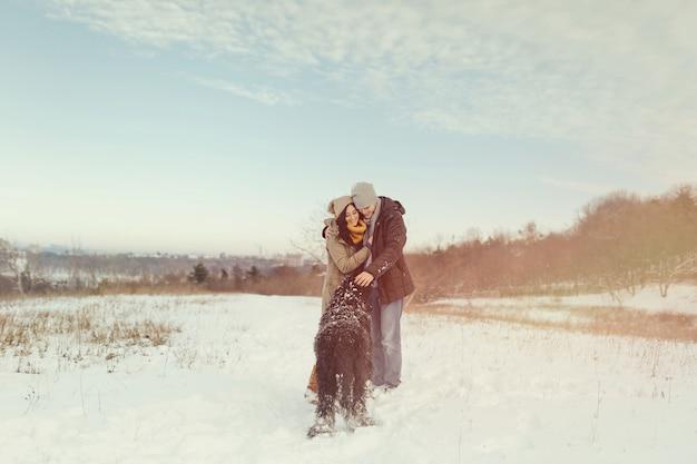 Potomstwa Dobierają Się Odprowadzenie Z Psem W Zima Dniu Darmowe Zdjęcia