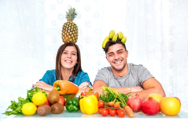 Potomstwa Dobierają Się Pozować W Domu Kuchnię Z Zdrowym Jarskim Jedzeniem I Owoc Premium Zdjęcia