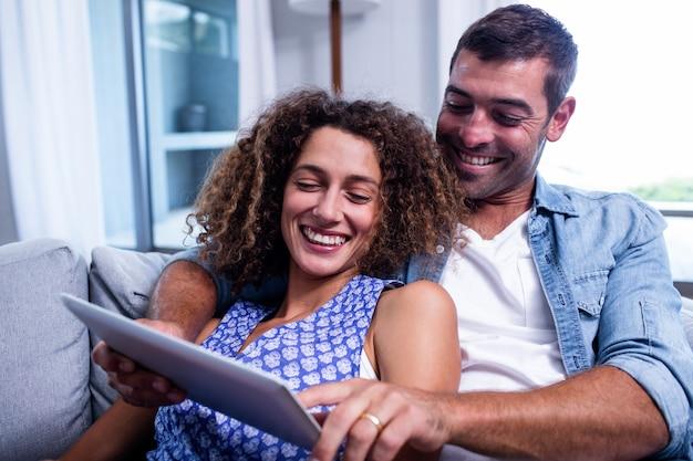 Potomstwa dobierają się używać cyfrową pastylkę na kanapie Premium Zdjęcia
