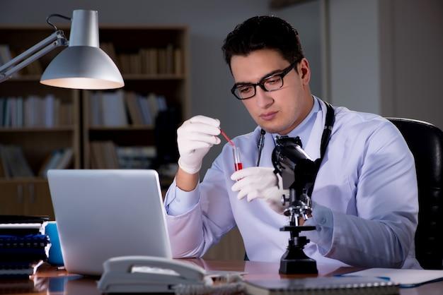 Potomstwa fabrykują pracę póżno w biurze Premium Zdjęcia