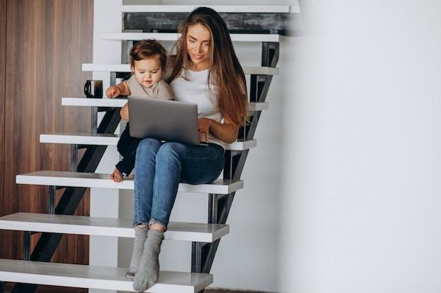 Potomstwa Matkują Działanie Z Domu Na Laptopie Z Jej Małym Synem Darmowe Zdjęcia