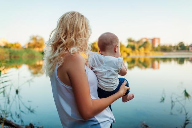 Potomstwa matkują odprowadzenie lata rzeką z dziewczynką. Premium Zdjęcia
