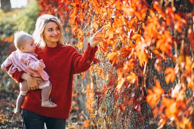 Potomstwa matkują z jej małą córką w jesień parku Darmowe Zdjęcia