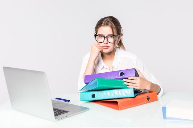 Potomstwa Męczyli Biznesowej Kobiety Z Falcówkami Na Biurowym Biurku Odizolowywającym Na Białym Tle Darmowe Zdjęcia