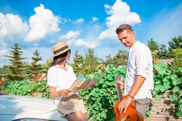 Potomstwo pary turysta cieszy się na wakacje Premium Zdjęcia