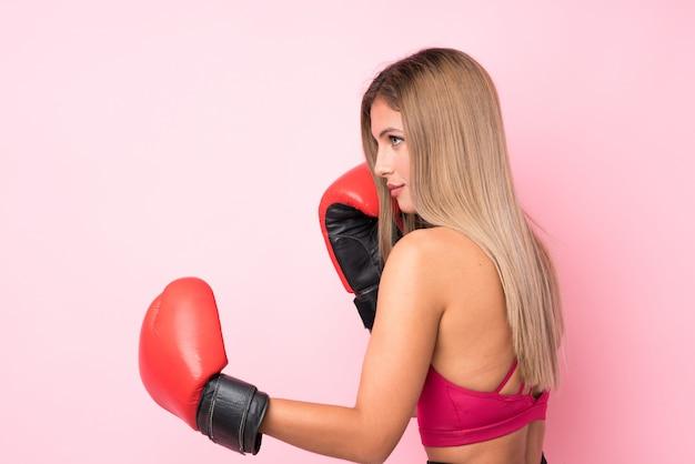 Potomstwo Sporta Blondynki Kobieta Nad Odosobnioną Menchii ścianą Z Bokserskimi Rękawiczkami Premium Zdjęcia