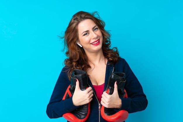 Potomstwo Sporta Kobieta Odizolowywająca Z Rękawiczkami Bokserskimi Premium Zdjęcia