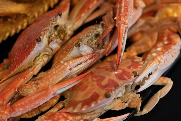 Potrawa Z Kraba Na Stole Premium Zdjęcia