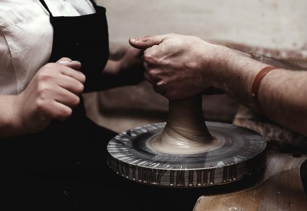 Potter W Pracy. Widok Z Góry Garncarza Robi Ceramiczny Garnek Na Kole Garncarskim Premium Zdjęcia
