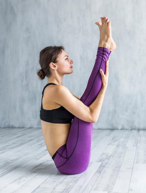 Poważna kobieta siedzi w pozycji jogi Darmowe Zdjęcia