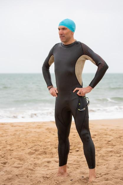Poważna Męska Pływaczki Pozycja Na Plaży Darmowe Zdjęcia