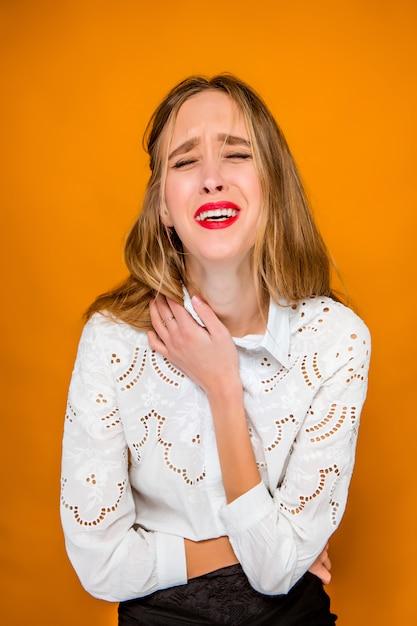 Poważna Sfrustrowana Młoda Piękna Biznesowa Kobieta Na Pomarańcze ścianie Darmowe Zdjęcia