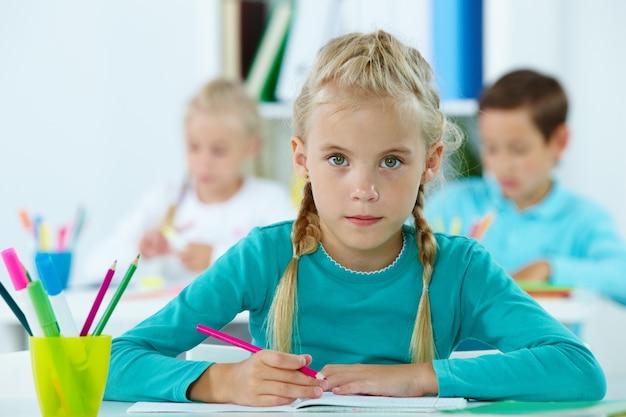 Poważne Dziewczynka Gospodarstwa Różowy Ołówek Darmowe Zdjęcia