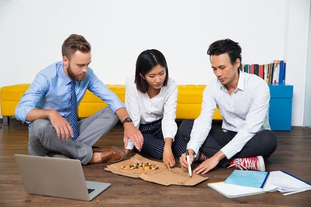 Poważni Ludzie Biznesu Omawianie Pomysłów Startowe Darmowe Zdjęcia