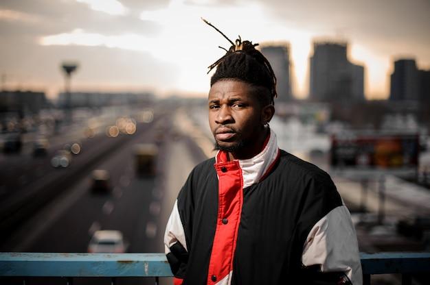 Poważny Afro-amerykański Człowiek Stojący Na Drodze Miasta Premium Zdjęcia