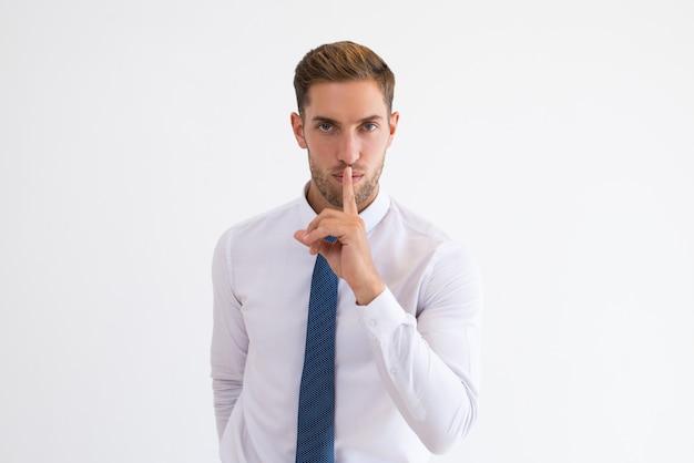 Poważny biznesowy mężczyzna robi cisza gestowi Darmowe Zdjęcia
