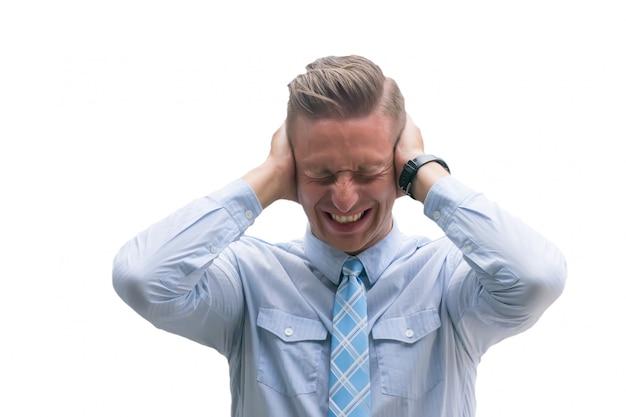 Poważny ból głowy, poważny ból głowy, kaukaski mężczyzna cierpi na bolesne głowy na białym tle. Premium Zdjęcia