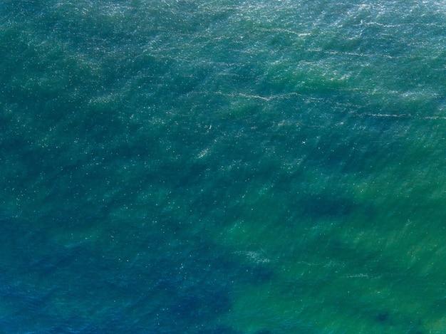 Powierzchni Wody Morskiej, Ocean Niebieskie Tło Z Miejscem Na Tekst. Streszczenie Aqua Lub Płynna Tekstura, Wzór. Widok Z Lotu Ptaka Z Drona. Premium Zdjęcia