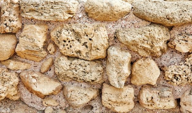 Powierzchnia Kamiennej ściany Zamku Wykonana Z Kamieni O Różnych Kształtach, Rozmiarach I Fakturach Premium Zdjęcia
