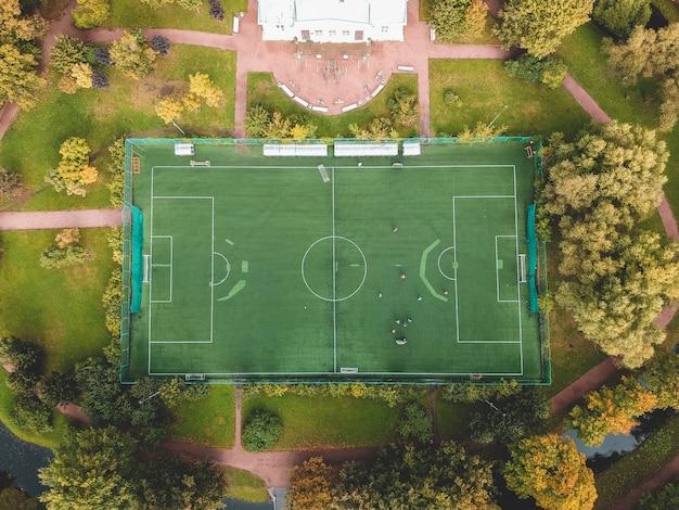 Powietrzna Fotografia Boisko Piłkarskie W Parku, Centrum Miasta, Flatley, St. Petersburg, Rosja. Premium Zdjęcia