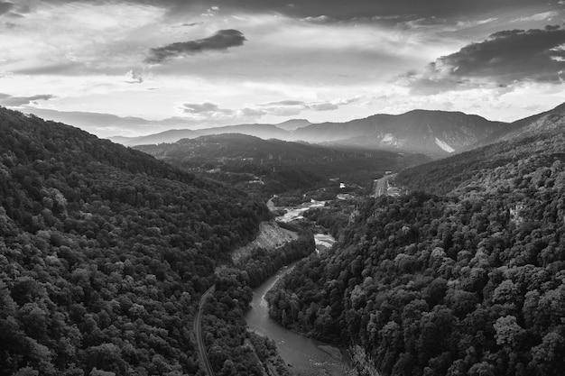 Powietrzna Skala Szarości Uchwyciła Hipnotyzującą Górską Scenerię Pod Zachmurzonym Niebem Darmowe Zdjęcia