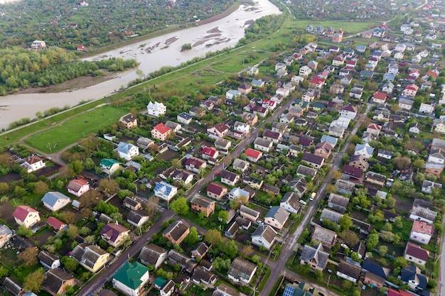 Powietrzny Krajobraz Małego Miasteczka Lub Wioski Z Rzędami Domów Mieszkalnych I Zielonymi Drzewami. Premium Zdjęcia
