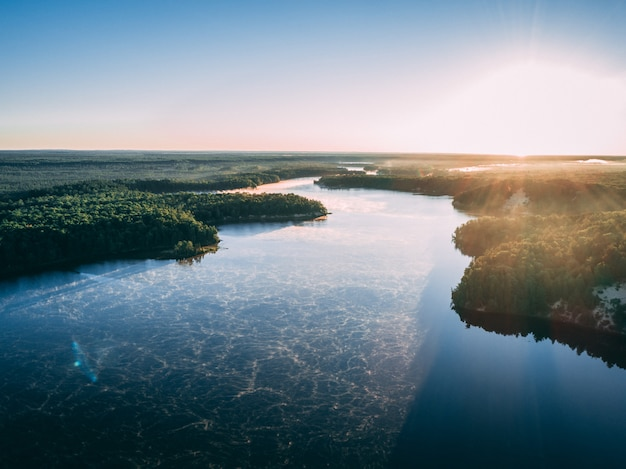 Powietrzny Obrazek Rzeka Otaczająca Wyspami Zakrywającymi W Zieleni Pod światłem Słonecznym Darmowe Zdjęcia