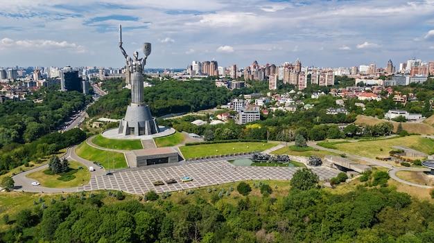 Powietrzny Odgórny Widok Kijowski Ojczyzny Statuy Statuy Zabytek Na Wzgórzach Od Above I Pejzaż Miejski, Kyiv Miasto, Ukraina Premium Zdjęcia