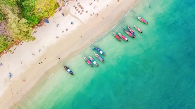 Powietrzny Odgórny Widok Kryształ - Jasna Woda Morska I Biel Plaża Z Longtail łodziami Od Above, Tropikalna Wyspa Lub Krabi Prowincja W Tajlandia Premium Zdjęcia