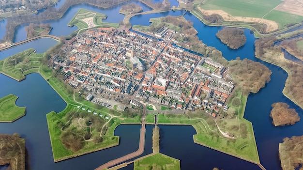 Powietrzny Odgórny Widok Naarden Miasto Fortyfikował ściany W Gwiazdowym Kształcie I Historycznej Wiosce W Holandia Od Above, Holandie Premium Zdjęcia
