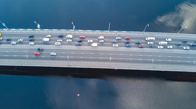 Powietrzny trutnia widok bridżowy drogowy samochodu ruchu drogowego dżem wiele samochody od above, miasto transportu pojęcie Premium Zdjęcia