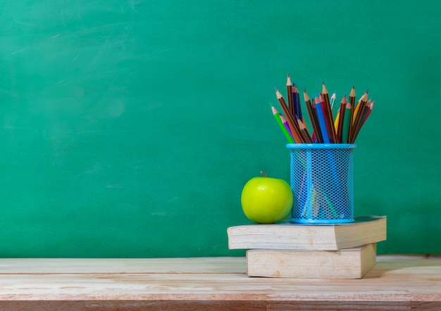 Powrót do koncepcji szkoły. kolorowy ołówek i materiały na drewnianym stole Premium Zdjęcia