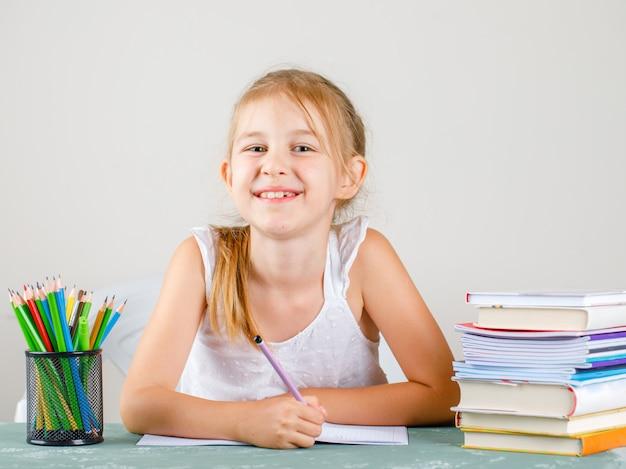 Powrót Do Koncepcji Szkoły Z Widokiem Z Boku Ołówki, Książki, Zeszyty. Mała Dziewczynka Trzymając Ołówek. Darmowe Zdjęcia