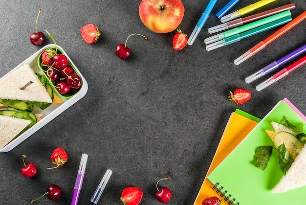 Powrót do szkoły. obfity, zdrowy obiad w szkole w widoku z góry Premium Zdjęcia