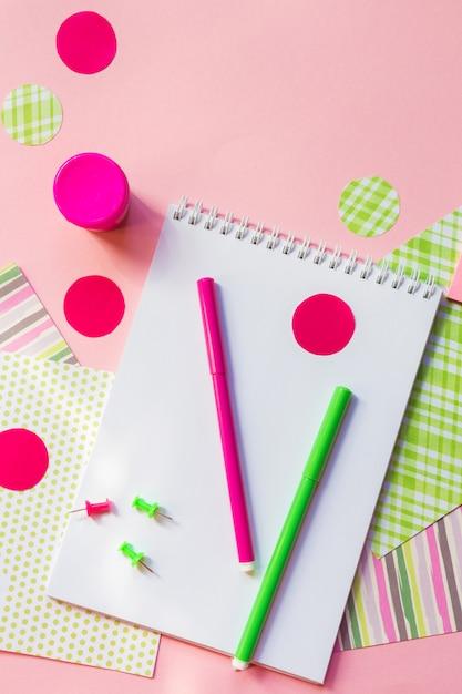 Powrót Do Szkoły, Ołówki Do Pisania, Notesy Z Pisakami Do Pracy W Szkole Na Różowo Premium Zdjęcia
