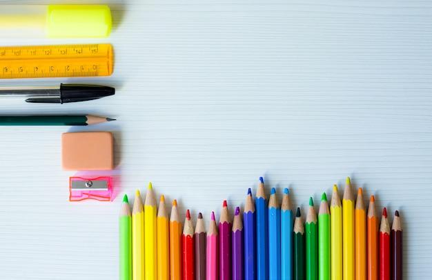 Powrót Do Szkoły Ramki Z Tęczy Kolorowych Piór I Innych Przyborów Szkolnych I Białe Drewniane Tła Premium Zdjęcia