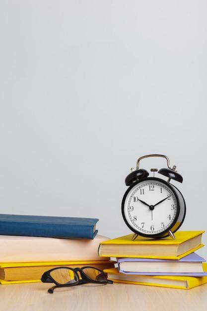 Powrót do szkoły z książkami i budzikiem Premium Zdjęcia