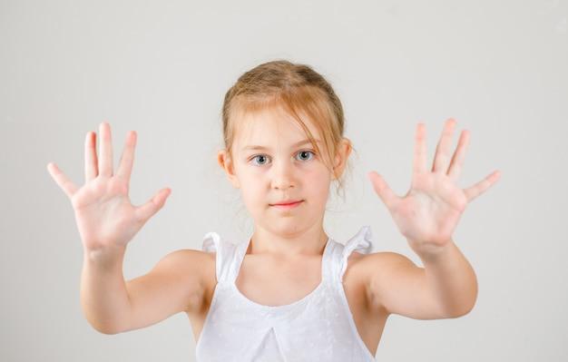 Powrót Do Widoku Z Boku Koncepcji Szkoły. Mała Dziewczynka Pokazując Dłonie. Darmowe Zdjęcia
