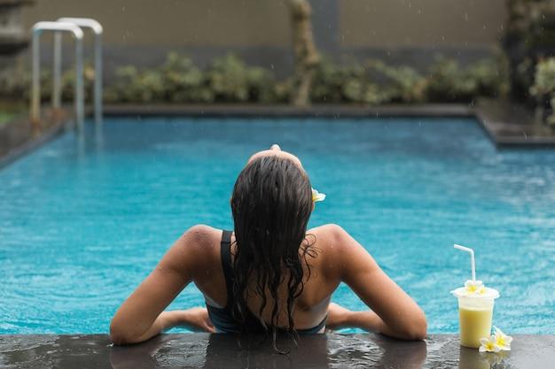 Powrót Kobiety W Basenie Z Shake Owocowy Premium Zdjęcia