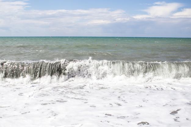 Powstawanie Dużej Fali Burzowej Nad Wodą Z Pianą Premium Zdjęcia