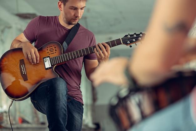 Powtórzenie Zespołu Muzyki Rockowej. Gitara Elektryczna I Perkusista Za Zestawem Perkusyjnym. Darmowe Zdjęcia