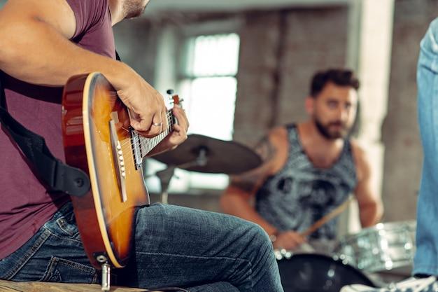 Powtórzenie Zespołu Rockowego. Gitarzysta Basowy, Gitarzysta Elektryczny I Perkusista Na Poddaszu. Darmowe Zdjęcia