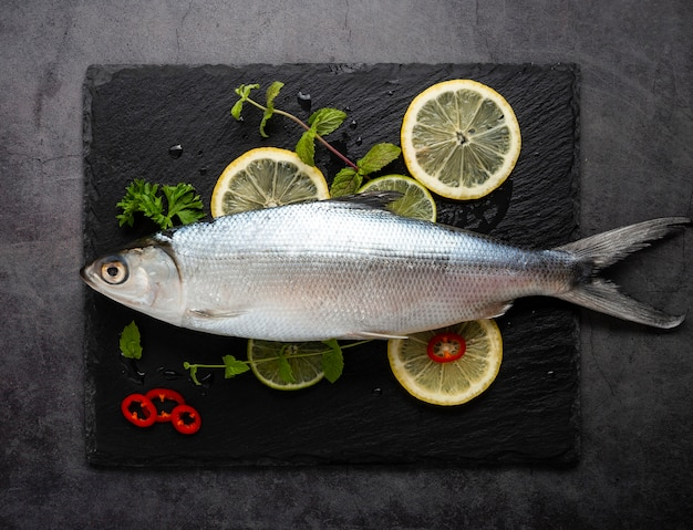 Powyżej Widok Dekoracji Z Owocami Morza I Cytrynami Premium Zdjęcia